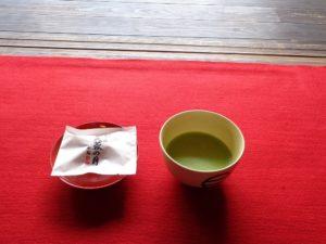 書院にて 抹茶と銘菓「芙蓉の月」