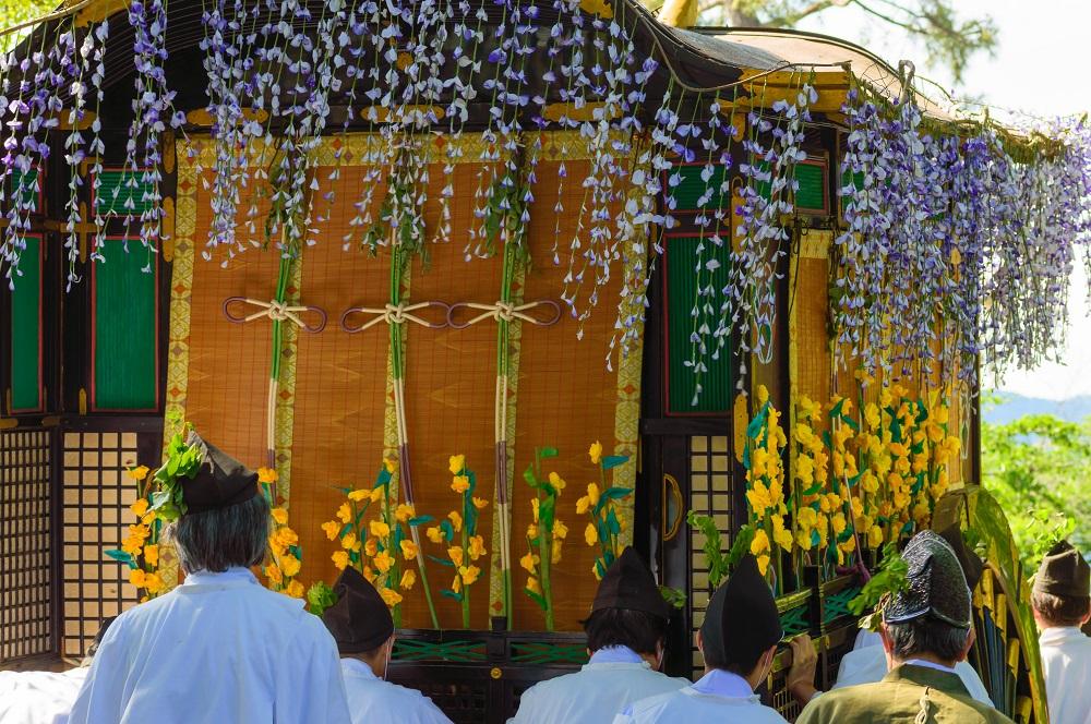 葵祭 紫の藤の房とカキツバタの花で飾りつけられた勅使用の牛車