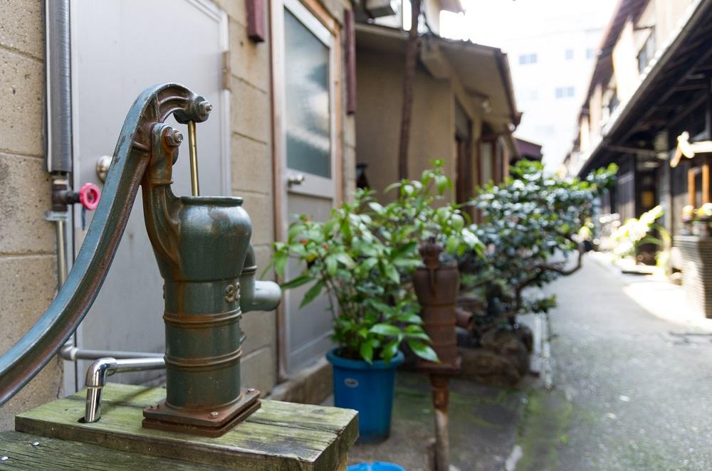 京都 路地の手押しポンプ