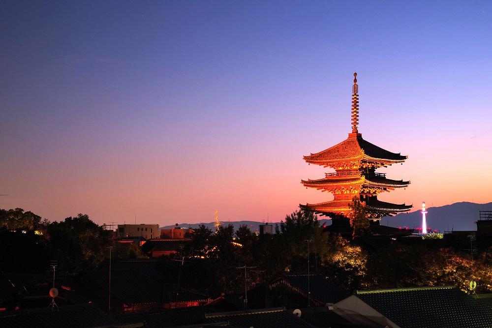 京都 東山の八坂の塔と夕焼け