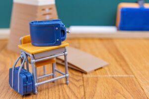 小学校の教室 ランドセルやカバン、机のミニチュア