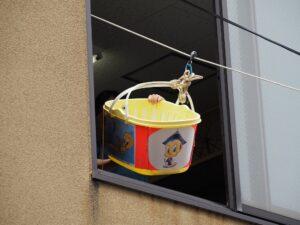 地蔵盆 2階の窓からふごが降りてくる様子