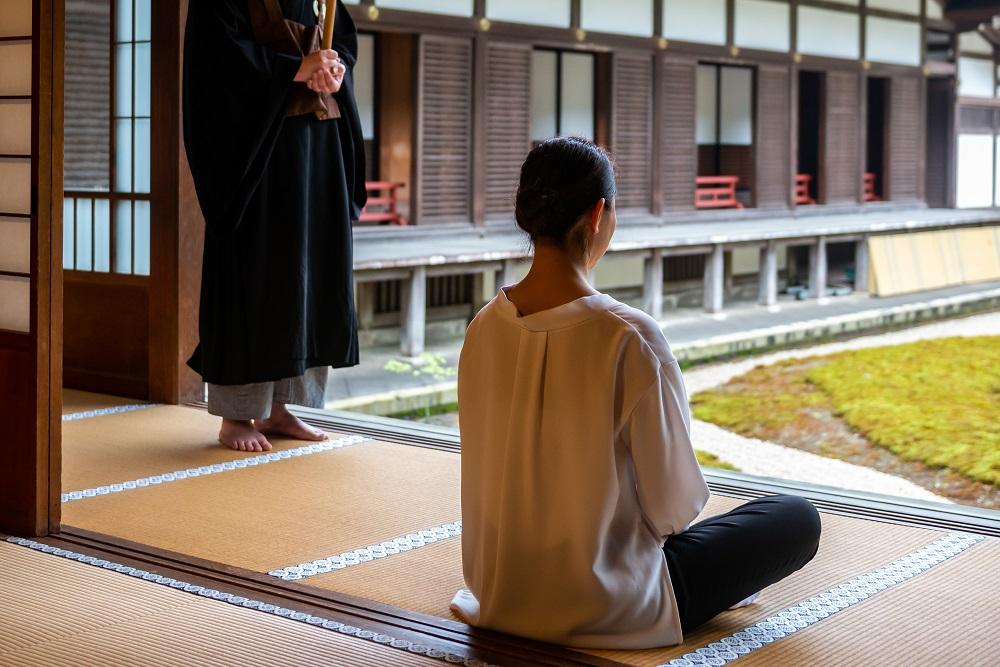 京都の禅寺で坐禅をしている様子